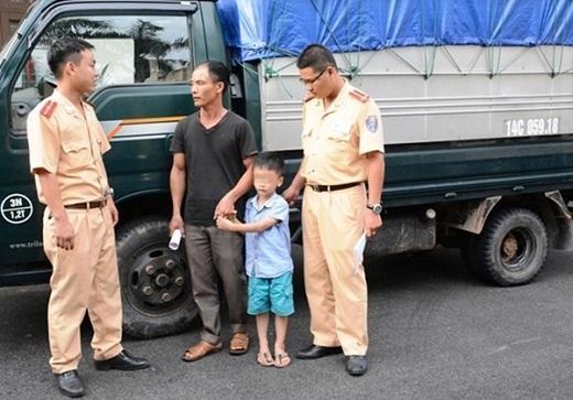 Bé 6 tuổi lái xe tải đi học