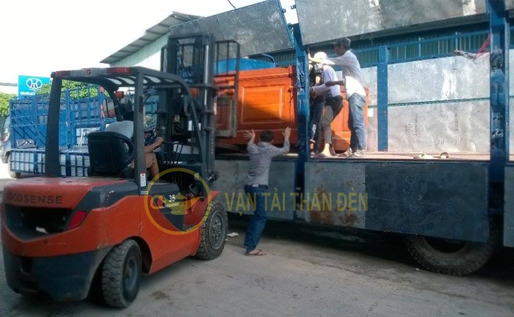 Xe tải chuyên chở bốc dỡ hàng hóa