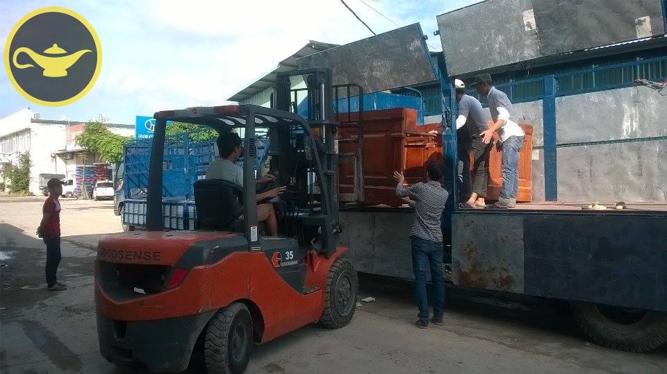 Máy nâng hỗ trợ việc vận chuyển hàng nặng