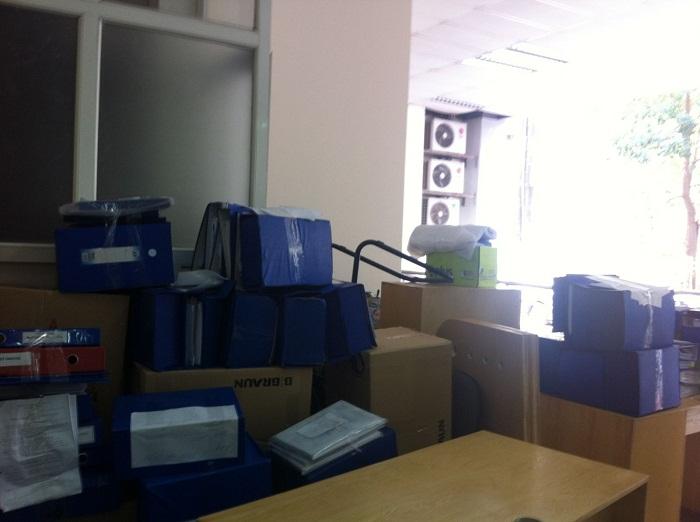 Đóng gói đồ đạc trước khi chuyển văn phòng