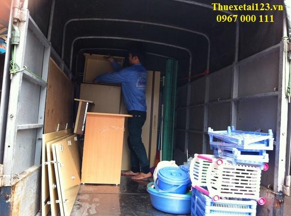 Vận chuyển đồ đạc lên taxi tải