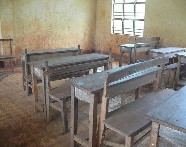 Bàn ghế cũ của trường