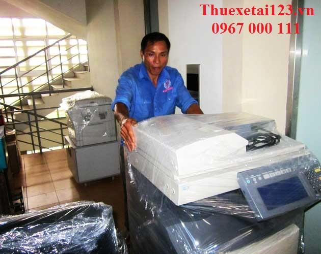 Đóng gói đồ điện tử trước khi vận chuyển