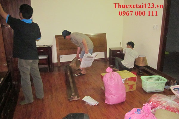 Nhân viên hỗ trợ sắp xếp và đóng gói