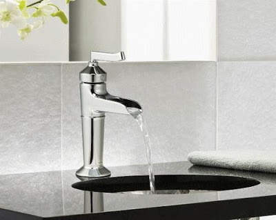 Mở vòi nước chảy chậm