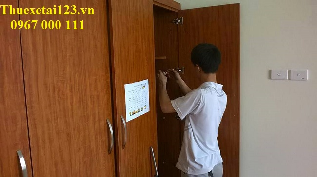 Nhân viên Thần Đèn tháo dỡ tủ