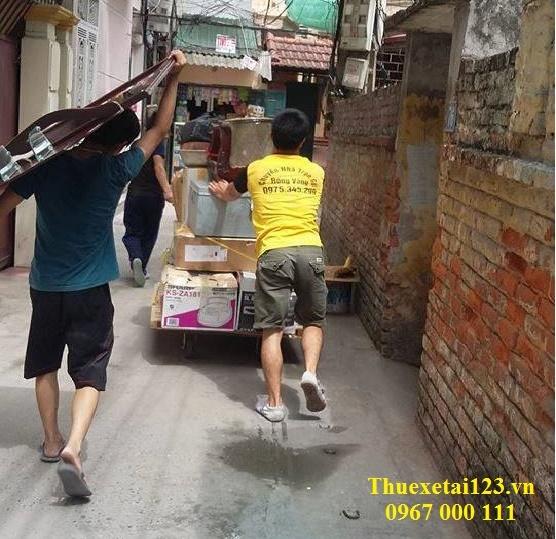 Vận chuyển đồ đạc trong ngõ